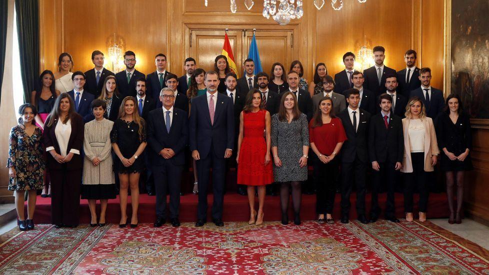 Felipe VI y Letizia, que reciben en audiencia a los galardonados con Premios Fin de Carrera 2017 de la Universidad de Oviedo, dentro del programa de los Reyes con motivo de la ceremonia de entrega, esta tarde de los Premios Princesa de Asturias