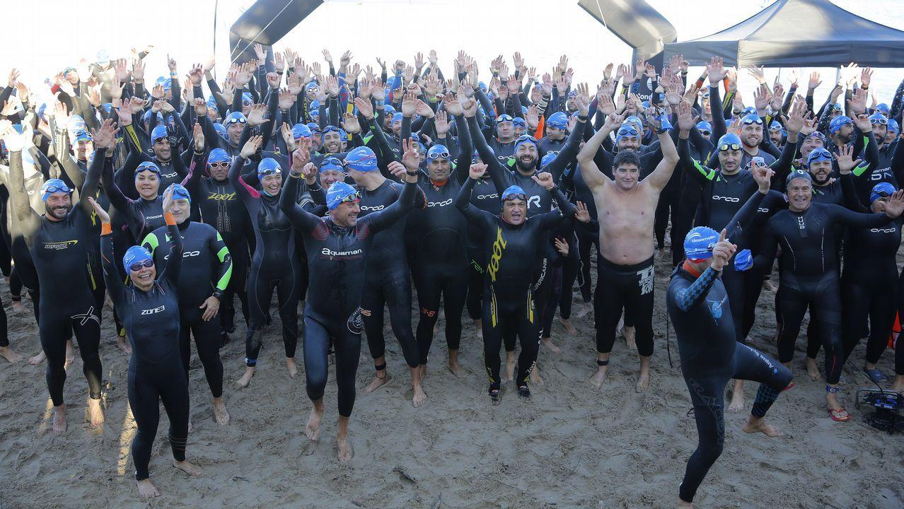 Los nadadores de la VI Travesía de los Inocentes.Chicote, con el personal de El Naranjo de Mamá Chicó