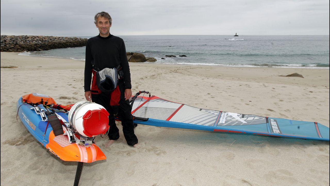 Llega a A Mariña dando la vuelta a Europa en tabla de windsurf