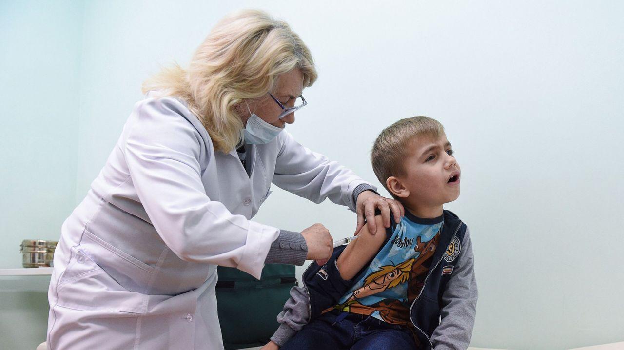 Una sanitaria vacuna a un niño en Ucrania