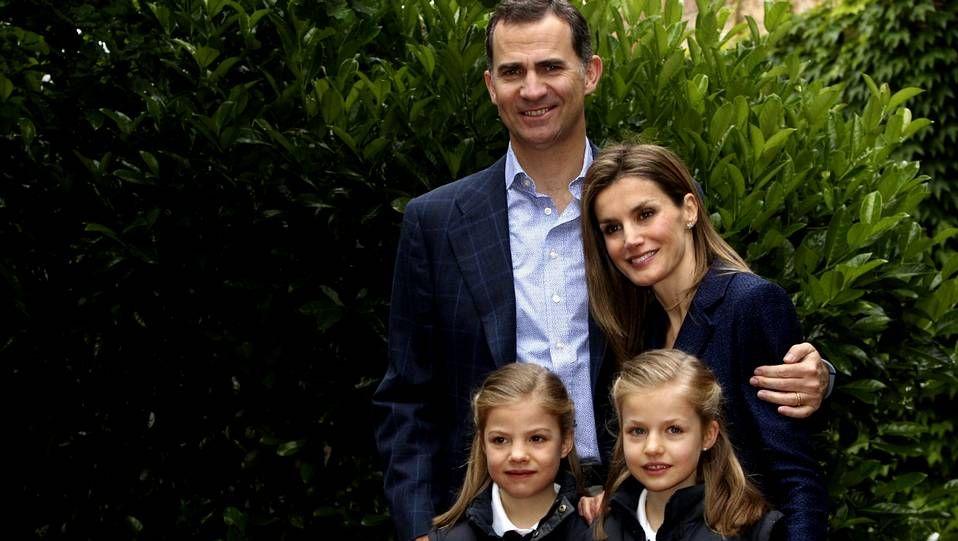 benitonueva.La infanta Leonor con su hermana Sofía y sus padres el día del décimo aniversario de boda del príncipe Felipe y Letizia Ortiz