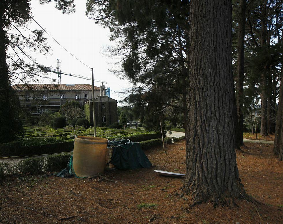 Al Ayuntamiento precinta la gasolinera de Santa Cruz.El edificio del pazo está en la actualidad en obras.