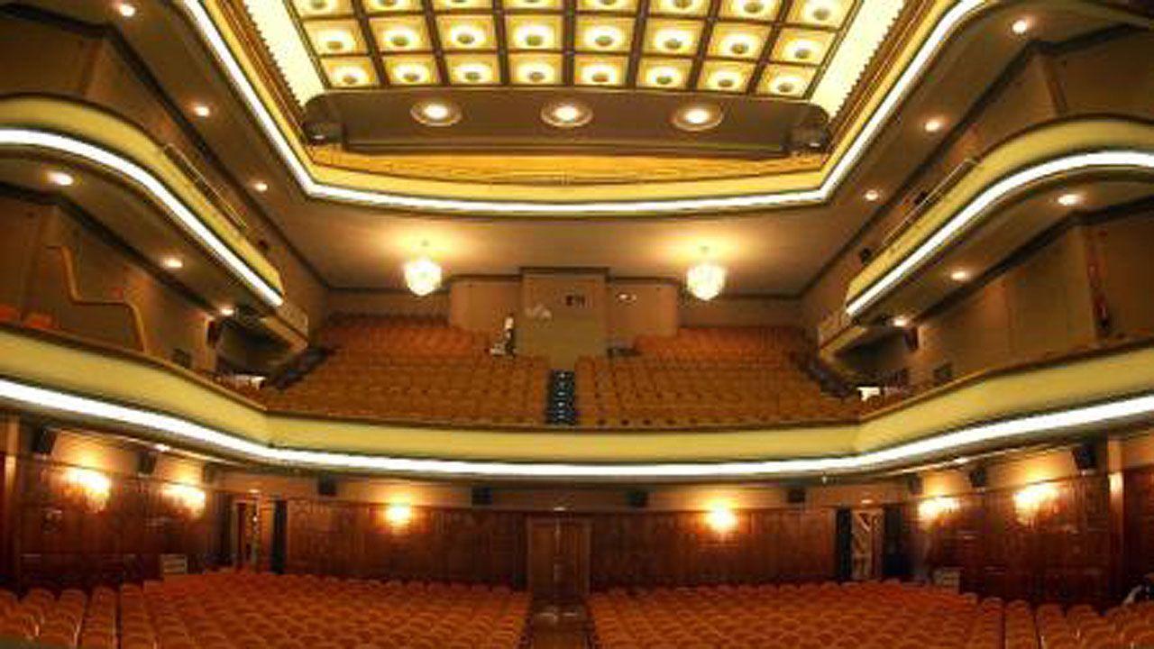 La plataforma SOS viejo HUCA, en las escaleras del antiguo hospital, presenta su proyecto para los terrenos.Teatro Filarmónica de Oviedo por dentro