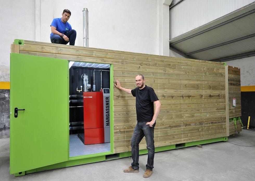 Borja Gómez e Iván Castro, con el contenedor que instalarán en San Sadurniño.