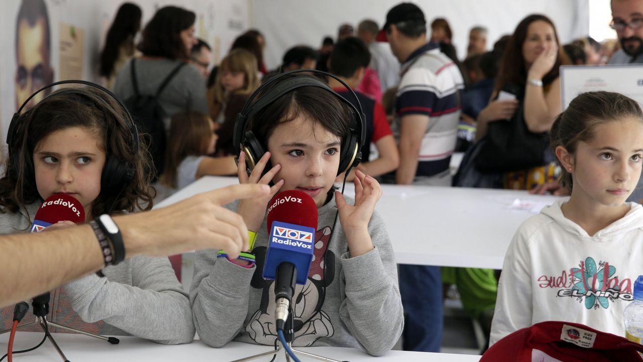 RADIO VOZ. Tras el micrófono. Puede parecer sencillo, pero en el taller de radio los participantes se darán cuenta de que no lo es tanto. Ajustarse los cascos, colocarse delante del micrófono y responder a las preguntas, o hacerlas