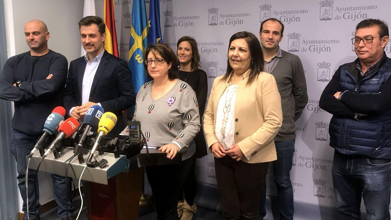 Begoña Fernández anuncia su dimisión arropada por el resto del grupo municipal socialista en Gijón