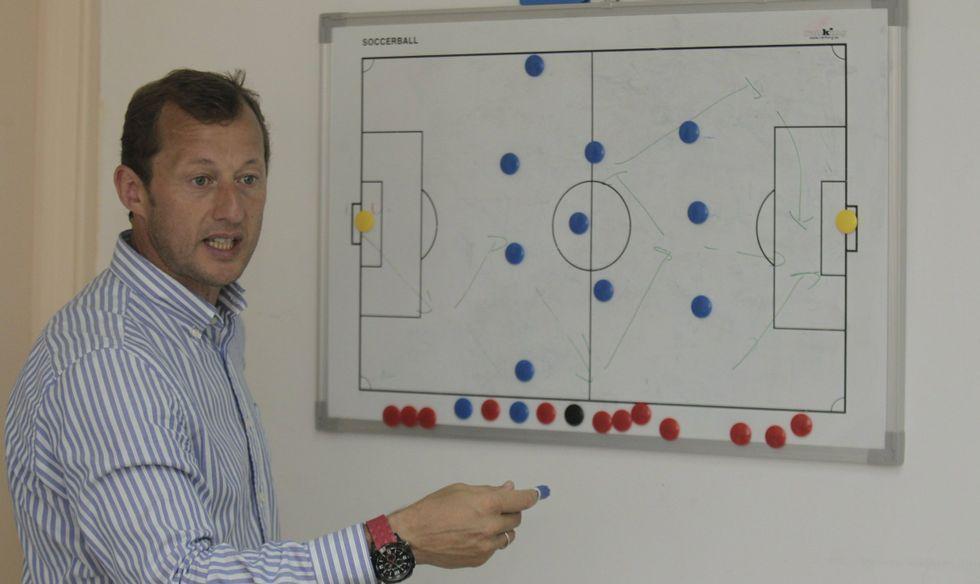 El técnico asegura que la forma de jugar del equipo es la misma en A Malata que cuando compite fuera de Ferrol.