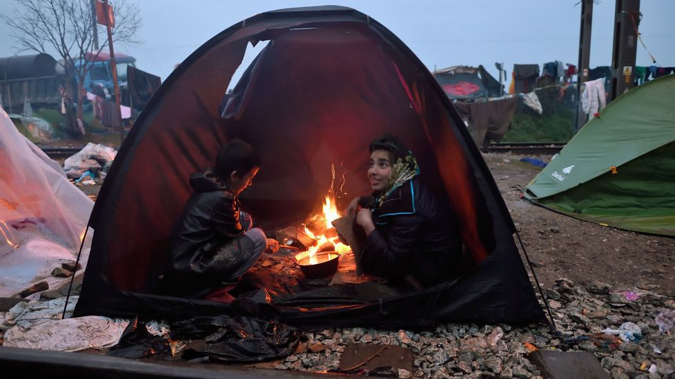 Los refugiados bloquean la autopista que une Grecia y Macedonia.Un niño sirio muestra su pesar por los atentados