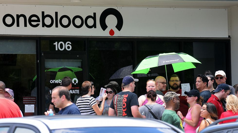 .Colas para donar sangre en Orlando.