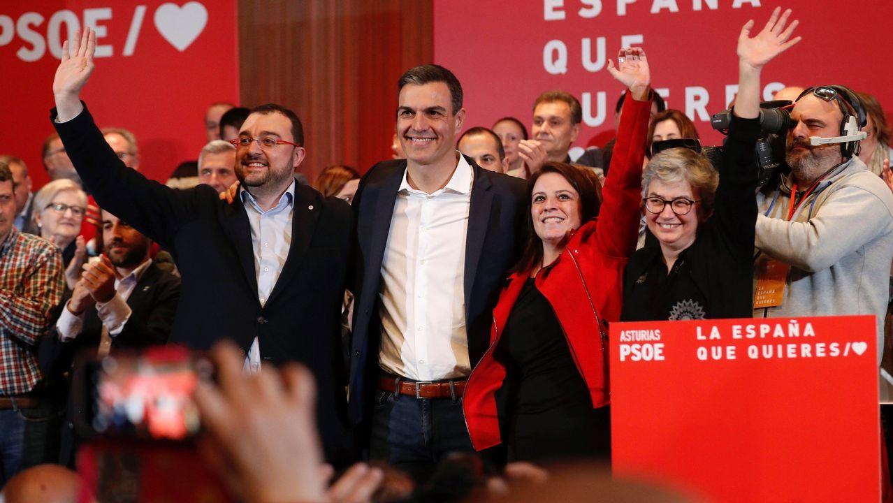 El presidente del Gobierno, Pedro Sánchez (c), junto con la vicesecretaria general del PSOE, Adriana Lastra (2d), el candidato a la Presidencia del Principado, Adrián Barbón (i) y la candidata a la Alcaldía gijonesa, Ana González (d), durante el mitin de Gijón.