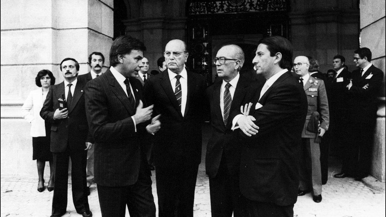 .Felipe González, presidente del Gobierno, Fernandez Albor, presidente de la Xunta, Domingo García Sabell, delegado del Gobierno y Francisco Vázquez, alcalde de A Coruña, charlan a la entrada del ayuntamiento de A Coruña durante la celebración del día de las Fuerzas Armadas en 1985