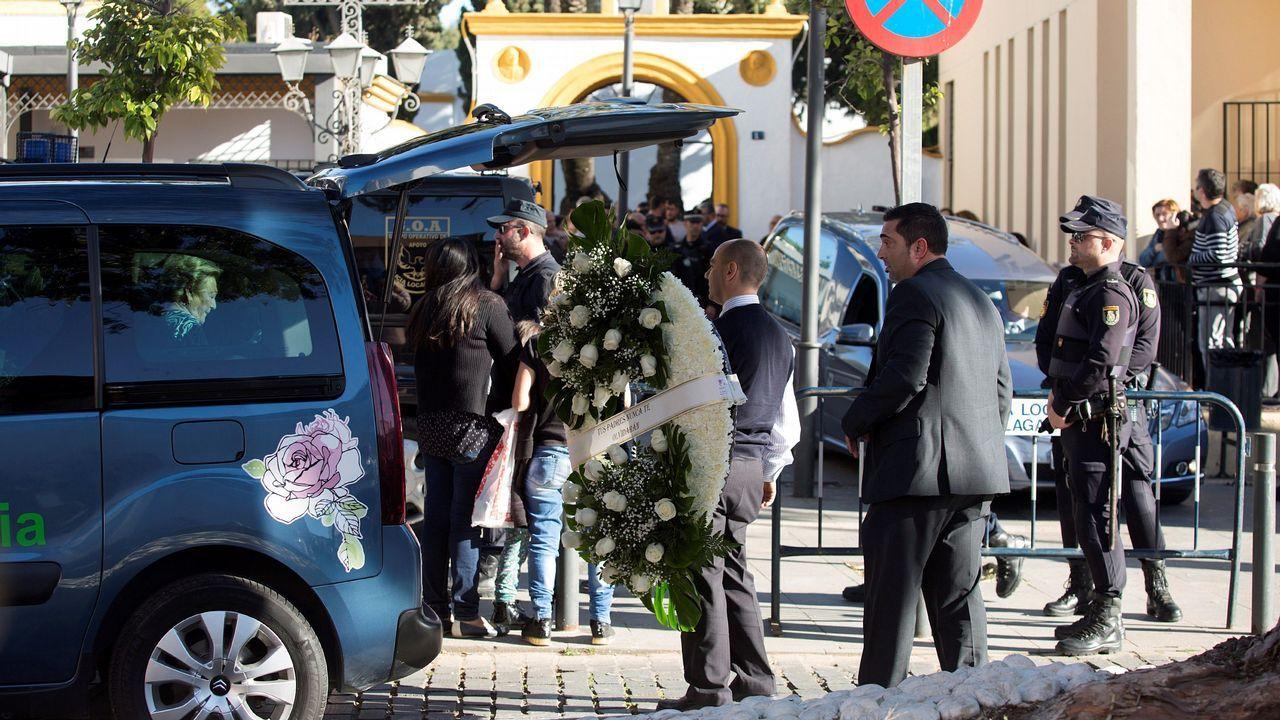 Desolación en Totalán tras el hallazgo del cuerpo sin vida de Julen.Servicios funerarios portan coronas de flores en el tanatorio de la barriada malagueña de El Palo