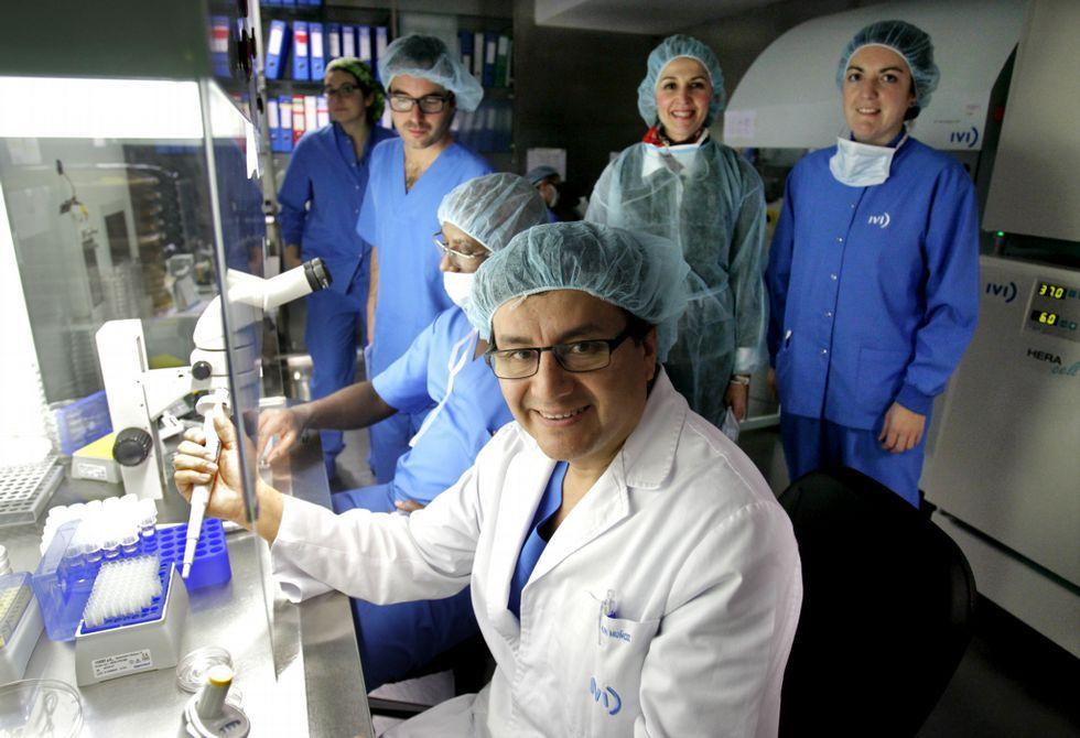 Elkin Muñoz y su equipo de fecundación «in vitro» del IVI, el que más ciclos hace en Galicia.