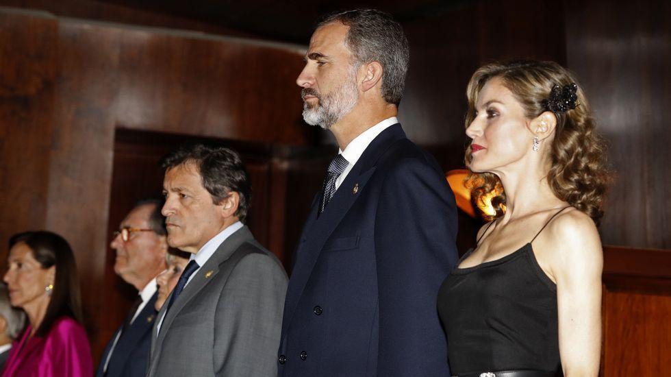 .2016. Letizia Ortiz optó por un vestido negro para el concierto previo a la entrega de los Premios Princesa de Asturias.