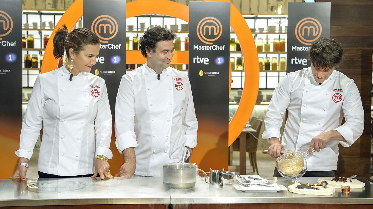Los jueces, con las chaquetillas puestas cocinando