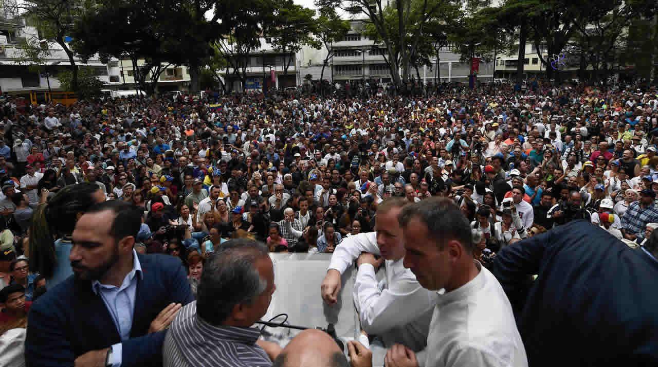 EN DIRECTO:Juan Guaidóaparece en públicotras su autoproclamación como presidente