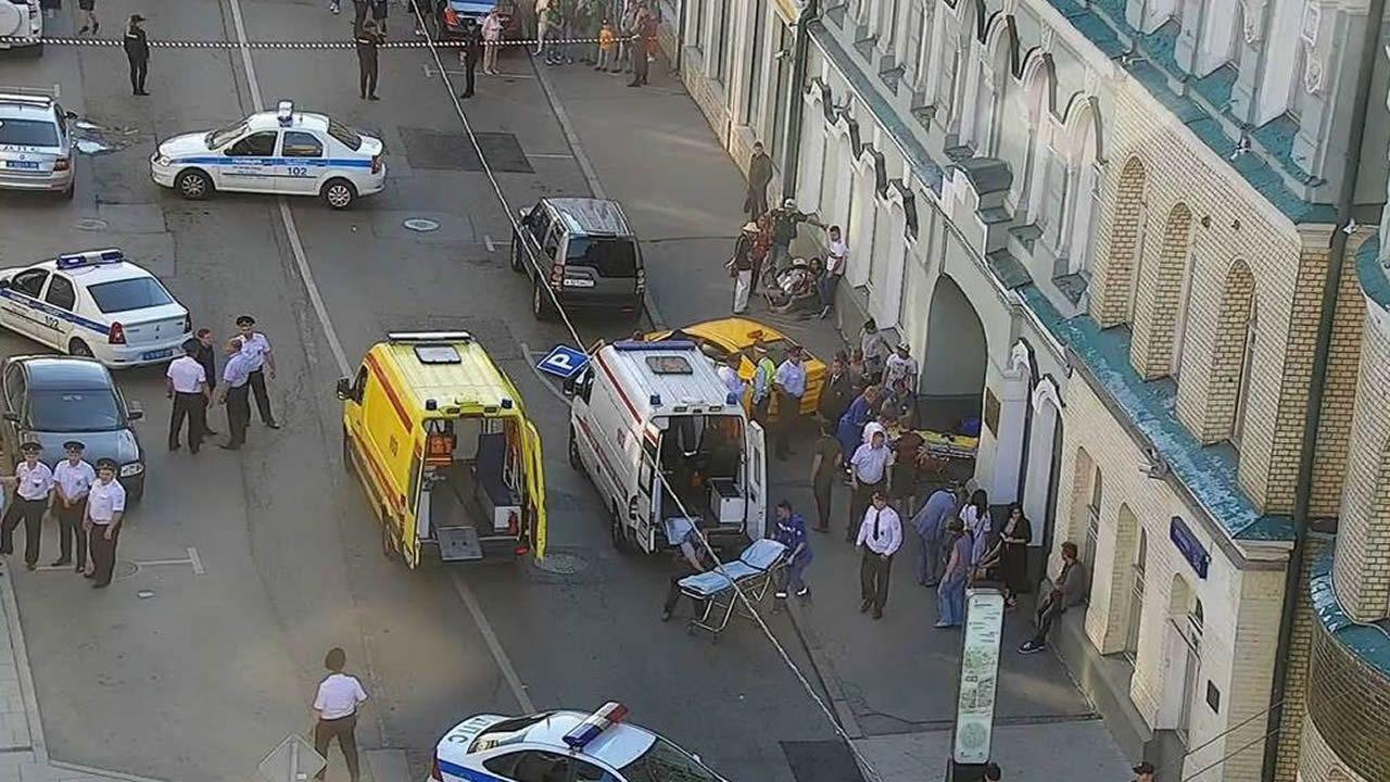 Un taxi arrolla a una multitud en la Plaza Roja de Moscú
