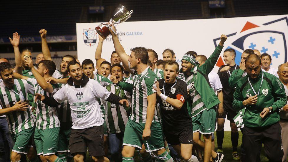 Celebración tras la victoria, el año pasado, en Riazor.
