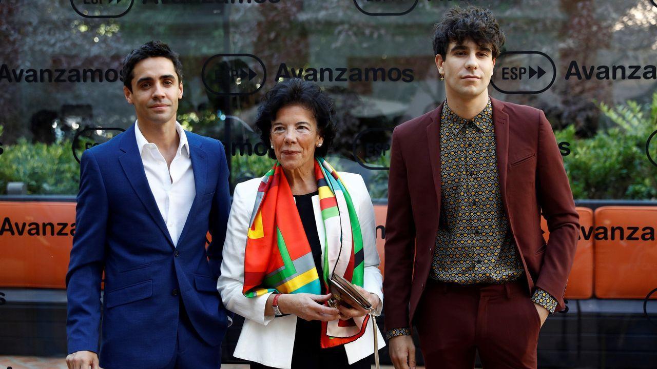 La portavoz del Gobierno y ministra de Educación, Isabel Celaá, junto a los directores de cine Javier Ambrossi (i) y Javier Calvo (d)