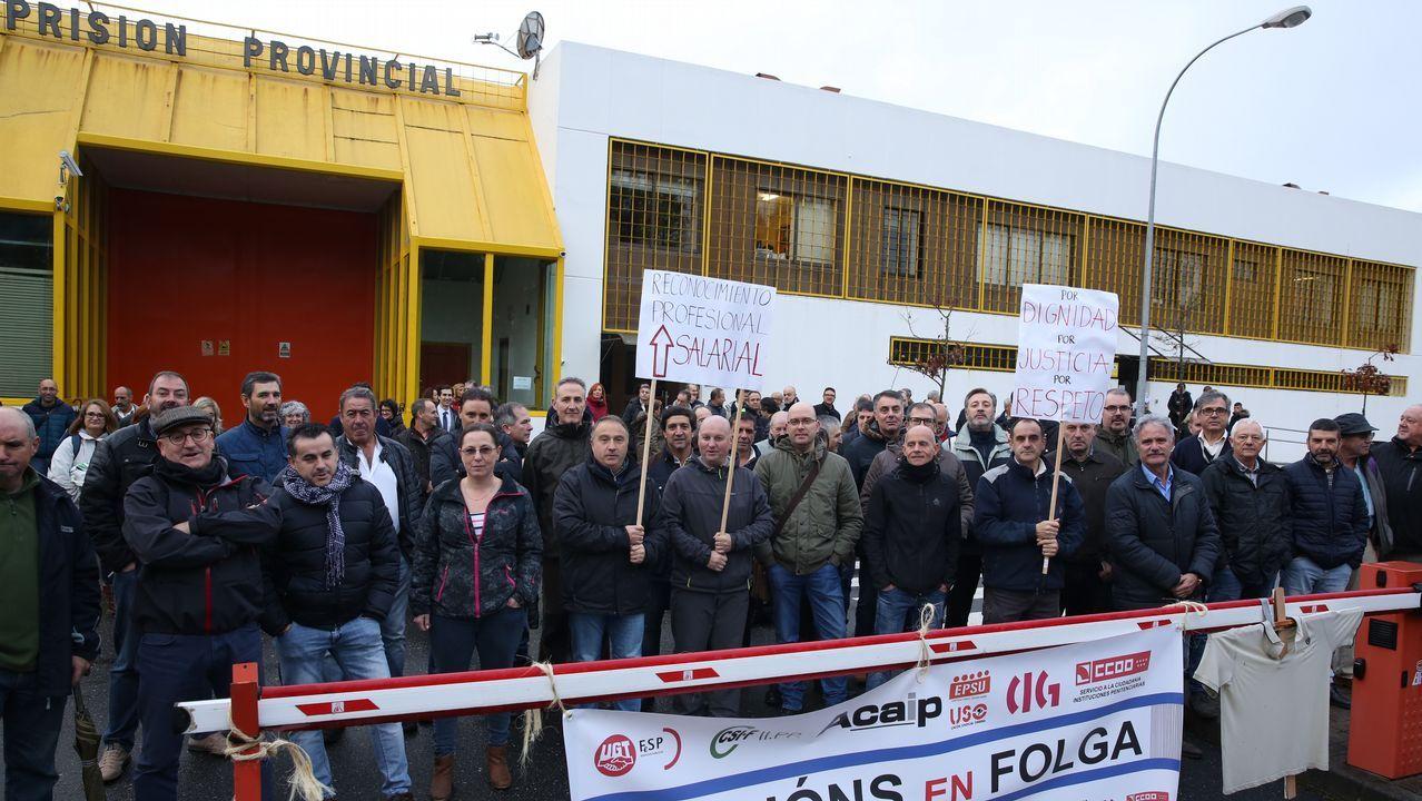 El Congreso vota hoy a favor de iniciar la transferencia de la AP-9 a Galicia.Barricada frente a la Casa Sindical en Gijón