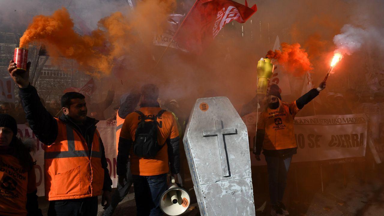 Trabajadores de Alcoa de Avilés y A Coruña protestando frente al Ministerio de Industria