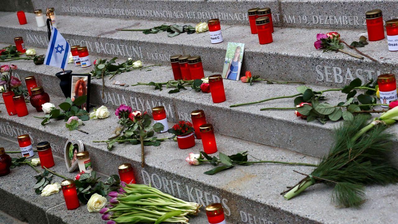 Despedida de la F-102 en el Asenal Militar de Ferrol.Velas y flores en recuerdo de las víctimas del atentado en el mercado de Navidad de Berlín, en el 2016