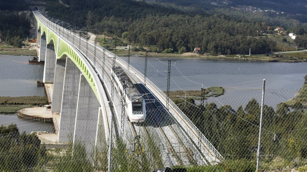 El PSOE hace campaña en el mercado de Vilagarcía.Tren de alta velocidad a su paso por el viaducto del Ulla, en la ría de Arousa