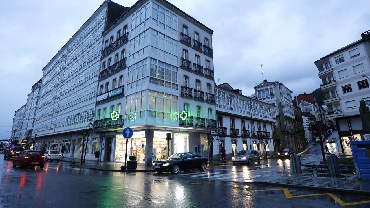 La PAH paraliza un desahucio en Oviedo.La ciudad de Santiago de Compostela desde el aire