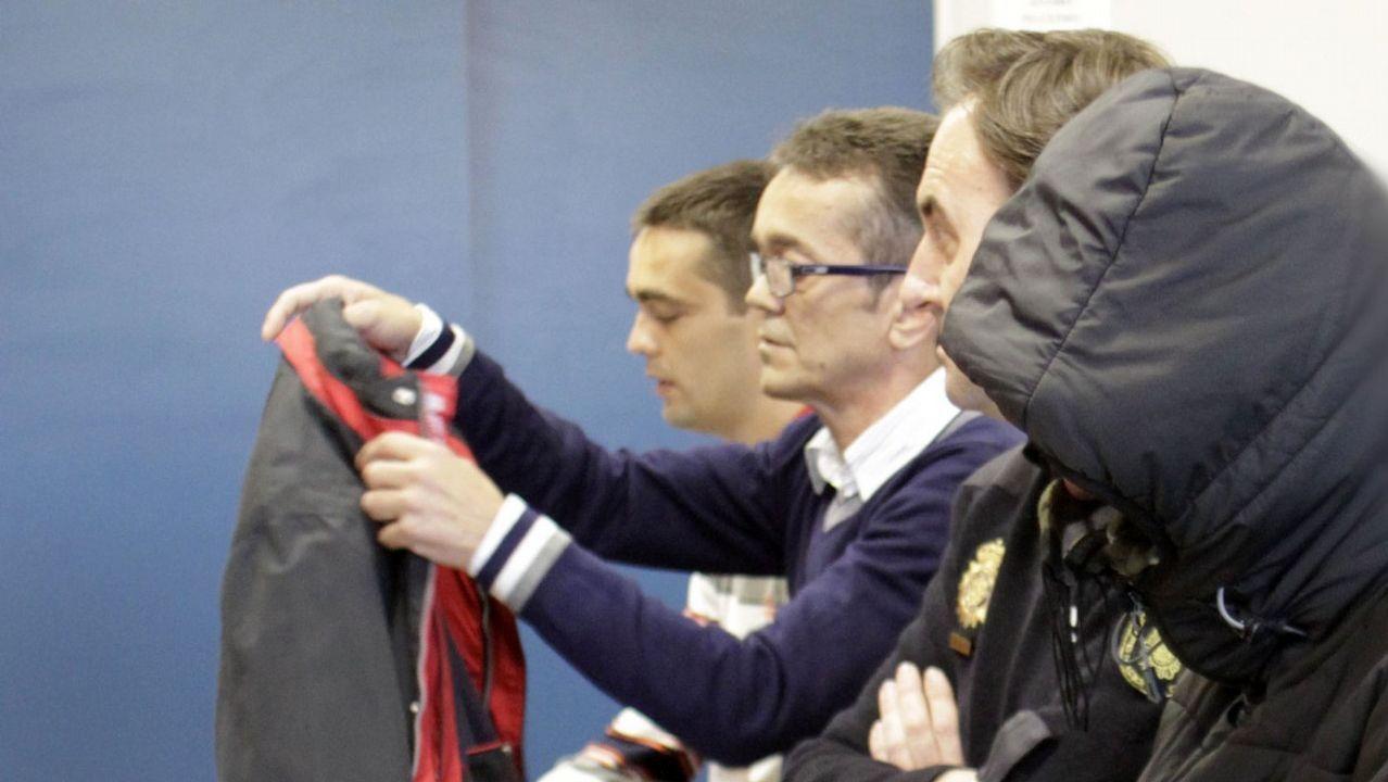 manso madre.Parlamentarios de Bildu hacen un gesto despectivo a los policías que seguían el debate desde la tribuna del Parlamento vasco