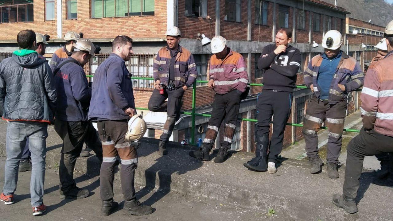 Concentración en apoyo a los mineros encerrados en el pozo Santiago.Imagen de los cuatro mineros que llevan desde el pasado jueves encerrados en el pozo Santiago en Carborana (Aller)