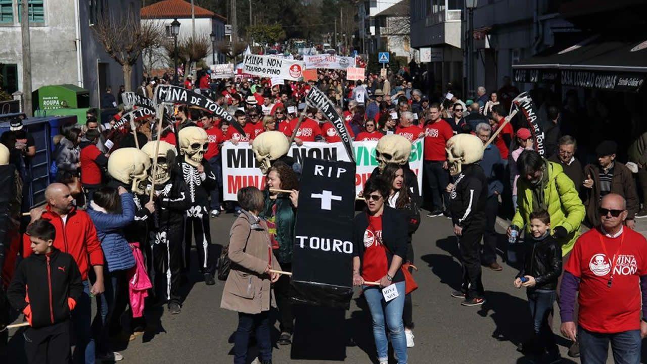 Multitudinaria tractorada contra la mina de Touro