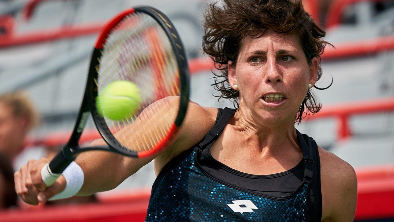 La tenista española Carla Suárez devuelve la bola a la estadounidense Sloane Stephenes durante los octavos de final del torneo de tenis femenino de Montreal (Canadá)
