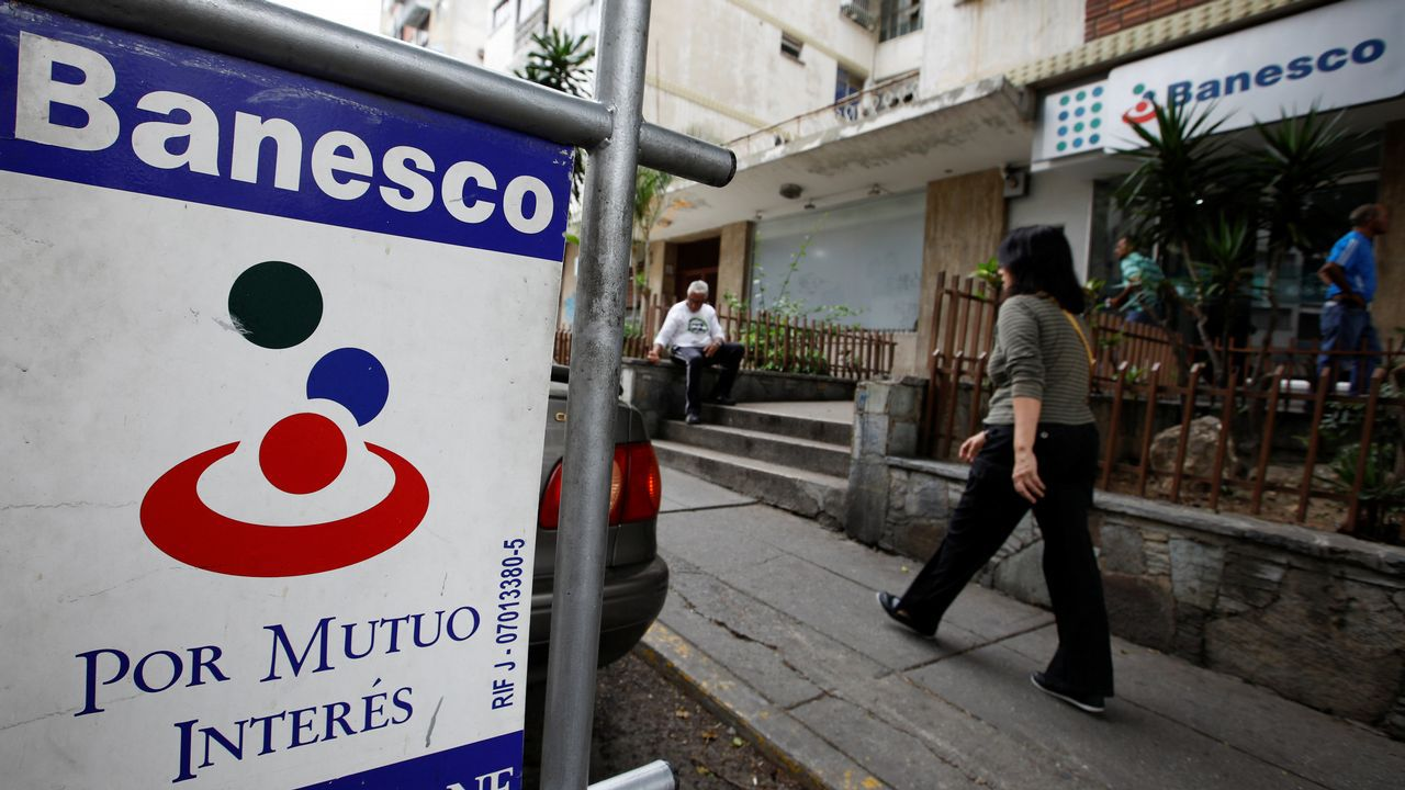 ¿Qué está pasando en Banesco?.Imagen de archivo de la oficina de Hacienda en Ferrol