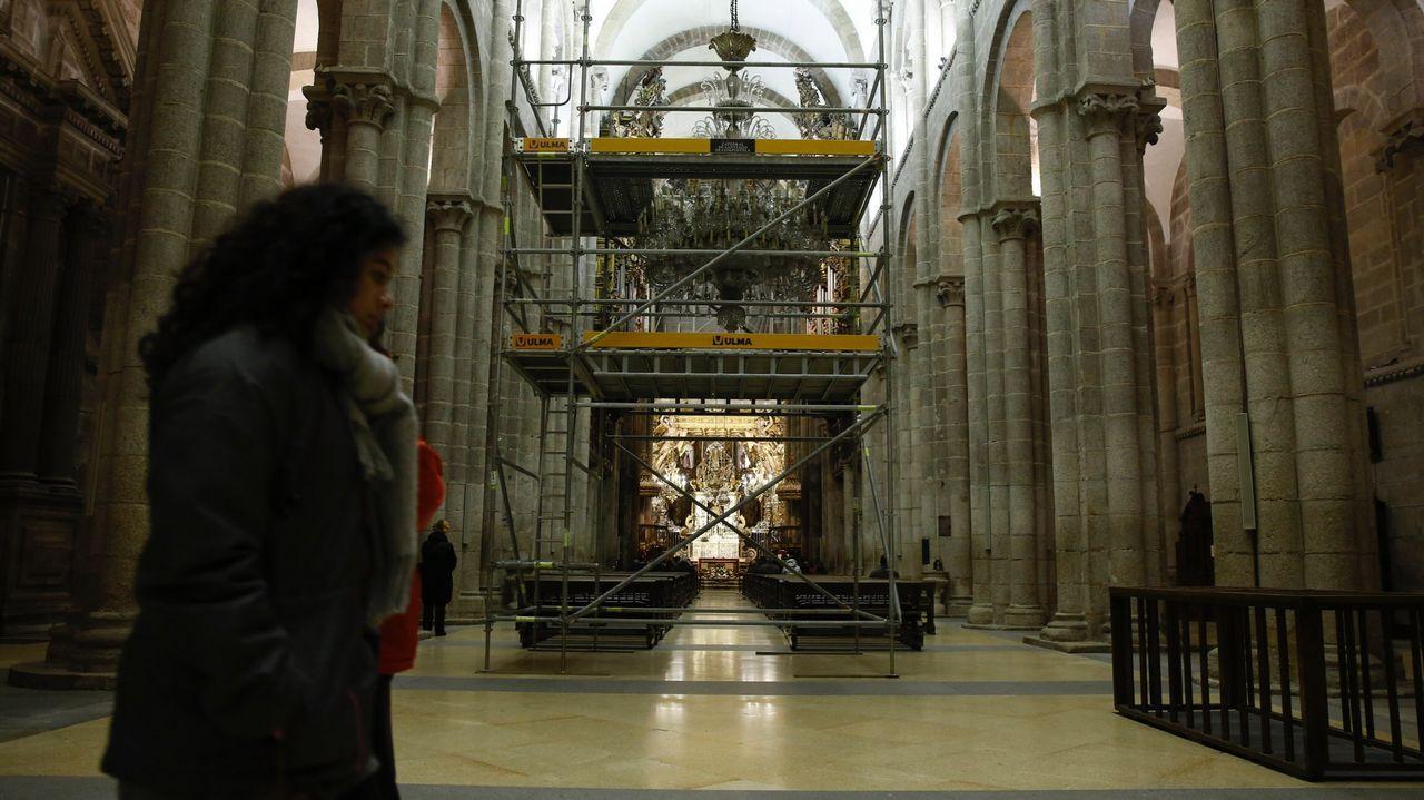 Traslado mudanza de muebles de la catedral por las obras.Aspecto de la nave central de la catedral de Santiago, con andamios dispuestos ya para el inicio de las obras