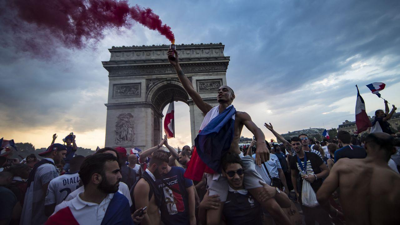 Aficionados franceses celebran el titulo de campeón del Mundo de fútbol