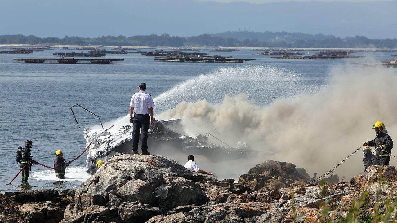 .El catamarán quedó completamente destruido a causa del incendio