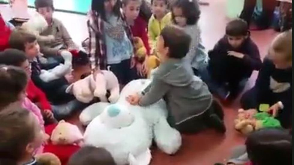 Curso de primeros auxilios y maniobras RCP a un grupo de niño de 1º de Primaria