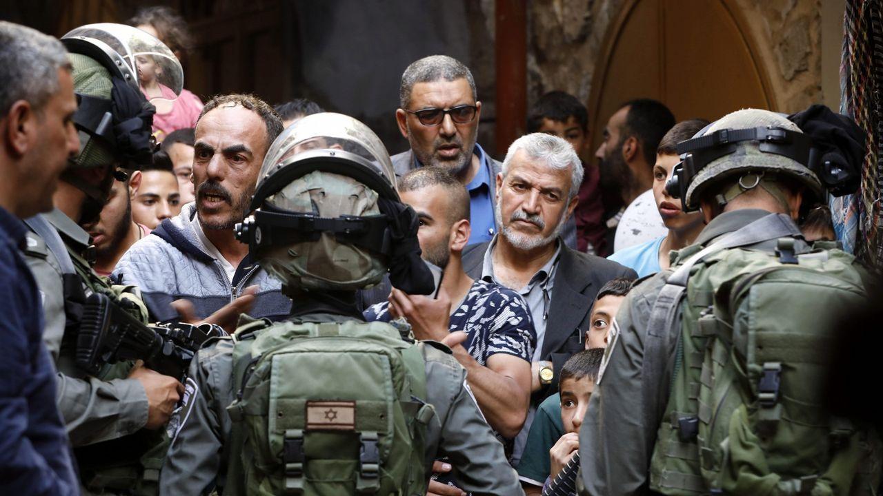Policías israelíes patrullan por una calle de Hebrón durante el mes del Ramadán