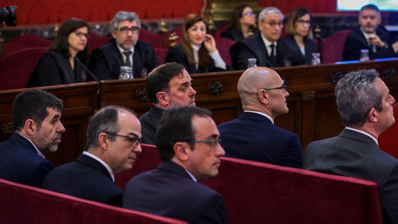 Los líderes independentistas acusados por el proceso soberanista catalán que derivó en la celebración del 1-O y la declaración unilateral de independencia de Cataluña (DUI), (primer banco) Jordi Sánchez (i), expresidente de ANC; Jordi Turull (2i), exconsejero de Presidencia; Josep Rull (3i), exconsejero de Territorio y Sostenibilidad; (segundo banco) Oriol Junqueras (3d), exvicepresidente de la Generalitat; Raül Romeva (2d), exconsejero de Asuntos Exteriores; y Joaquim Forn (d), exconsejero de Interior, durante la primera jornada del juicio en el Tribunal Supremo