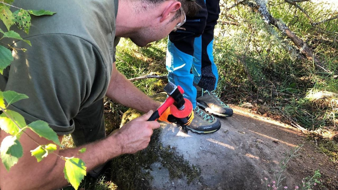 Miembros del equipo de investigación recogen muestras de rocas para determinar la antigüedad de los antiguos glaciares de la sierra de O Courel