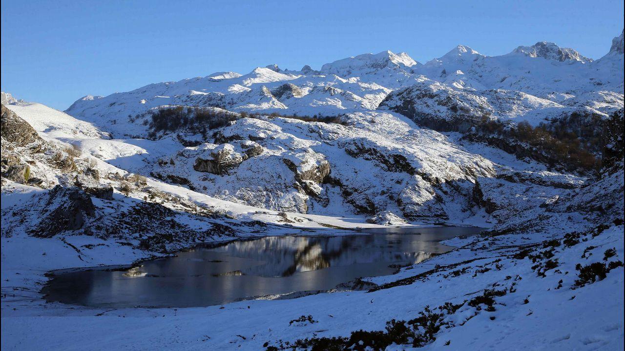 Morcín montaña Otura.Atardecer en los lagos de Covadonga, en el parque Nacional de Picos de Europa, que este año celebra el primer centenario de la creación del Parque Nacional de la Montaña de Covadonga, primer parque nacional de España. EFE/José Luis Cereijido