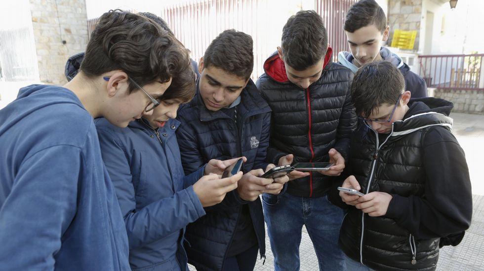 El ciclo de charlas fue presentado en la sede de la Diputación por representantes del organismo provincial y de la Asociación de Executivas de Galicia.Alumnos de un colegio de Carballo utilizando teléfonos móviles
