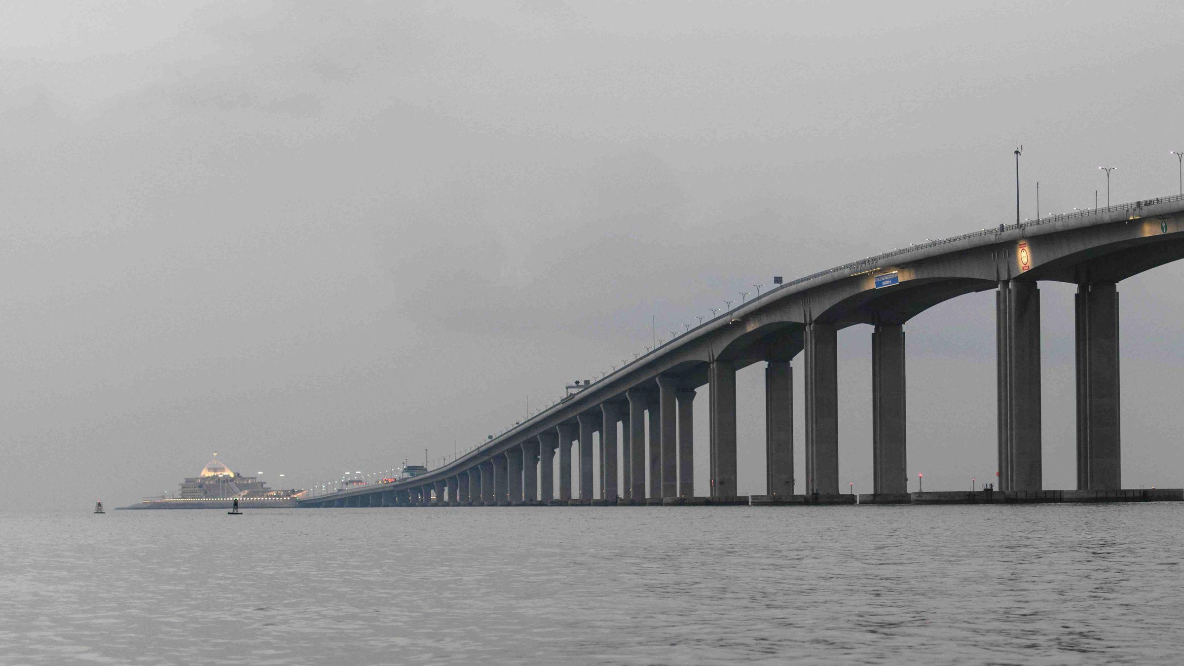 Las impresionantes cifras del mastodóntico puente chino.Un tren Alvia en la estación de Oviedo