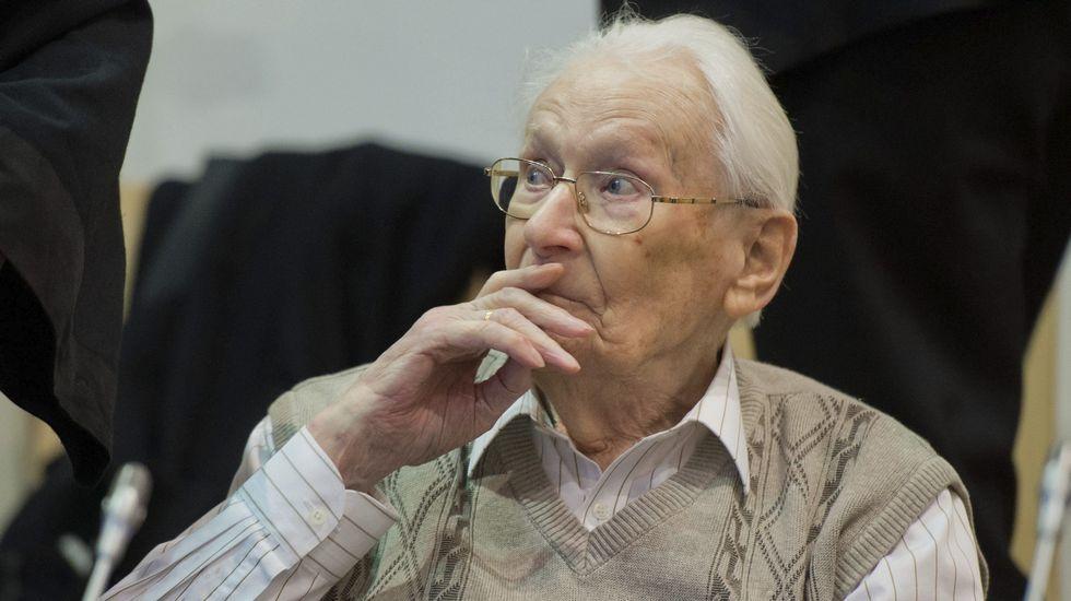 Oskar Gröning sentado en el banquillo en el Tribunal de Lüneburg.