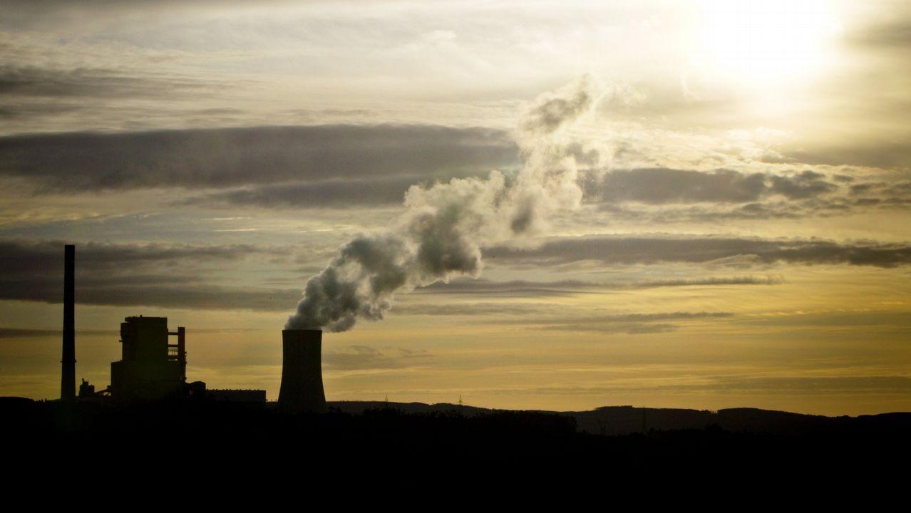 meirama.MEIRAMA: Fin de ciclo. Naturgy (antes Gas Natural Fenosa) cerrará la central térmica de carbón en junio del 2020 porque incumple la normativa de emisiones. «Esixímoslle á Xunta e ao Goberno central a hibernación da planta. Que reconsideren o seu desmantelamento», apunta Víctor Ledo desde CC. OO. A la plantilla le parece insuficiente el plan de inversiones. Defendían obras de reforma para reducir la contaminación, como se están haciendo en Endesa.