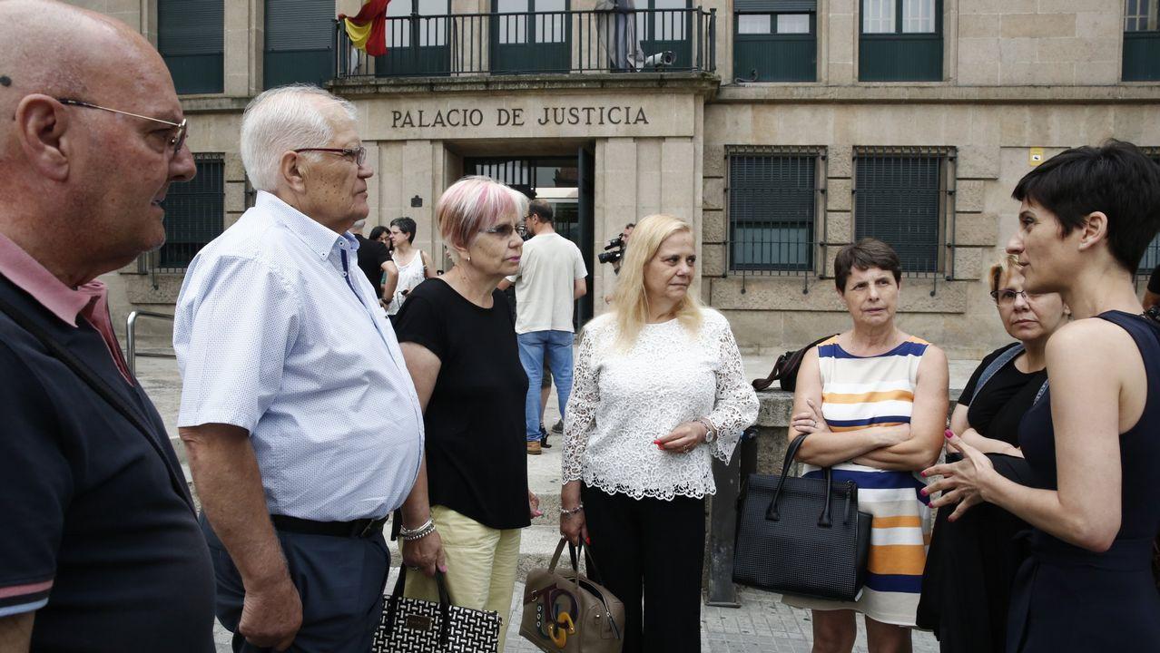La abogada Beatriz Seijo (derecha), con familiares de Isabel