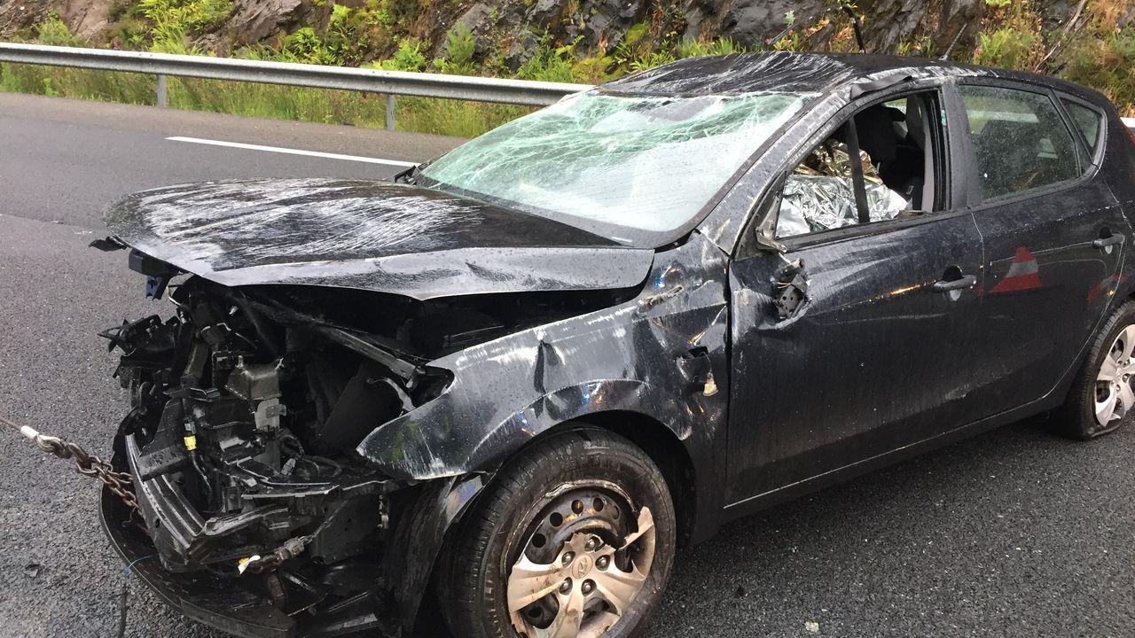 Una conductora herida tras volcar con su coche en uno de los puntos negros de la AG-55.David Carragal