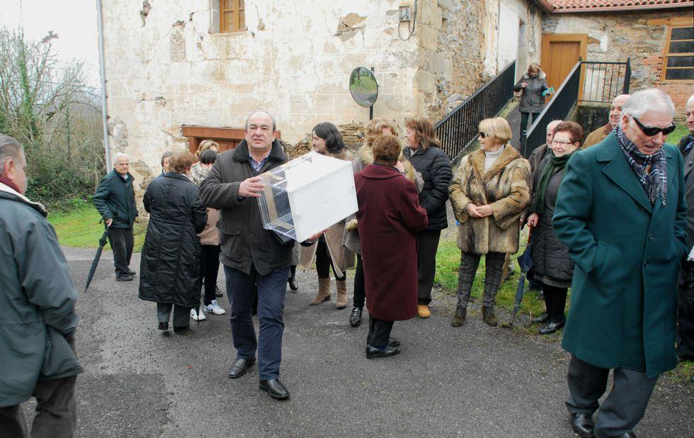 El concejal José Luis Losada, ayer en Baamorto con la urna que no hizo falta utilizar