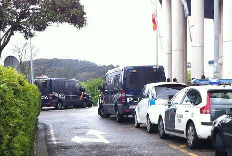 Feijoo explica sus fotos con Marcial Dorado.Dos vehículos de antidisturbios permanecen ante el edificio de A Parda