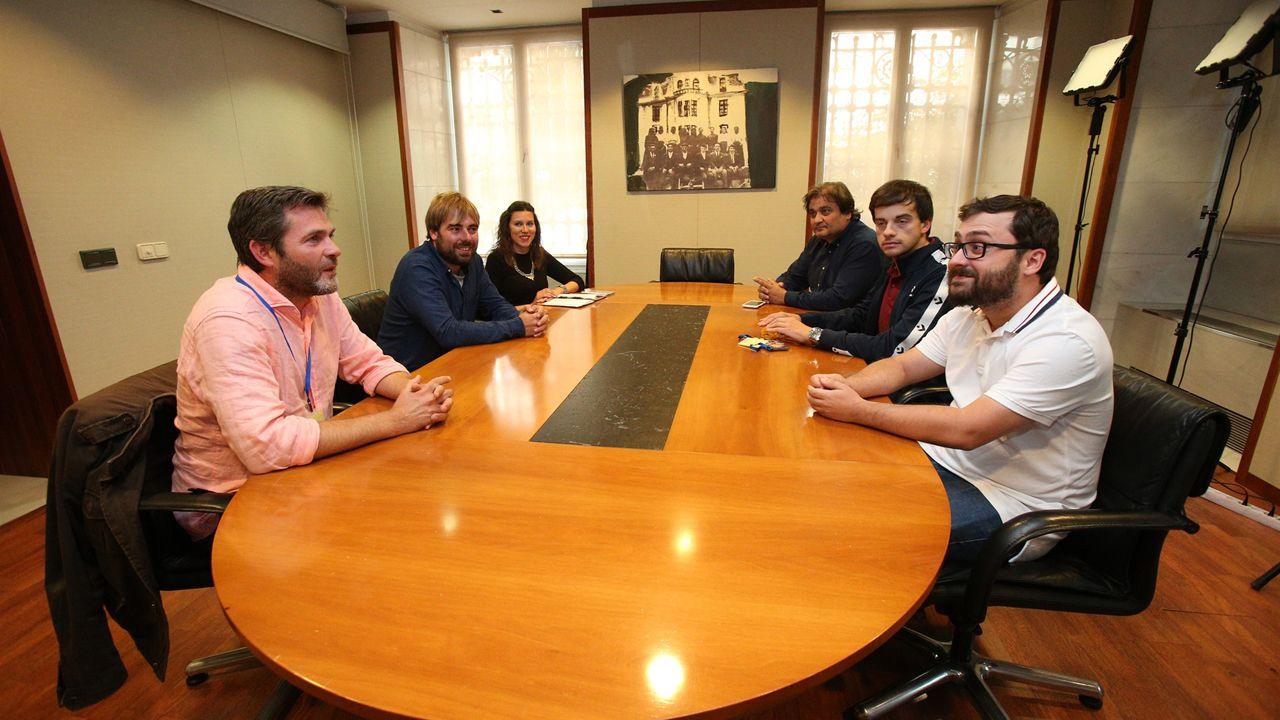 Imagen de Daniel Ripa junto al autobús de Hazte Oír.Reunión entre miembros de Podemos e IU para debatir sobre el proceso de reforma del Estatuto